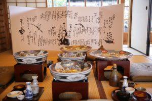 離れには、高知の皿鉢料理の大皿が展示されている。