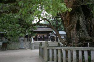 歴史ある大山祇神社、境内横に宝物館がある。