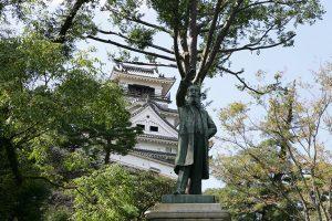 高知城と板垣退助の銅像