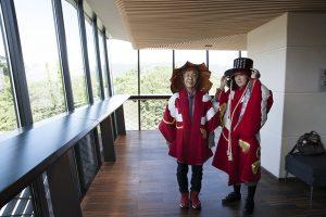 陣羽織などの試着体験ができ、高知城を背景に写真をパチリ