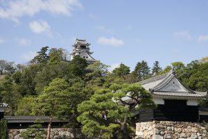 博物館の2階テラス席見える高知城
