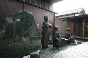 「日本を 今一度 せんたくいたし申候。」が刻まれた石碑と坂本乙女、坂本龍馬、近藤長次郎像