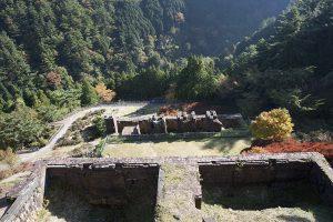 真上から見た索道停車場跡や貯鉱庫跡。