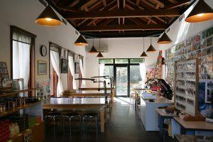 東平記念館のマイン工房ではグッズ販売や銅版レリーフ体験コーナーもある。