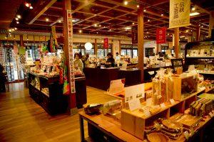 セレクトされた香川の逸品がずらっと並ぶ。