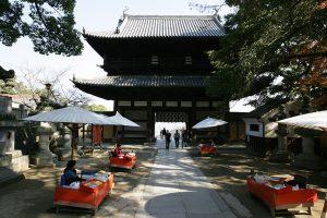 大門に入ると、宮域で特別に商いを許された五人百姓がいる。