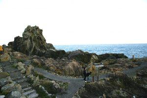 巨大なビシャゴ岩、エボシ岩などが遊歩道から間近に見える。