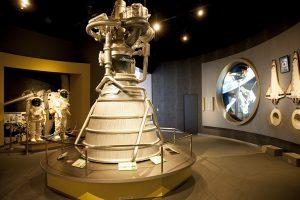 H-IIAロケットエンジンの実物大模型と宇宙服のレプリカが展示