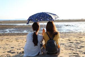 のんびり夕日を楽しむのも父母ケ浜海岸の楽しみ