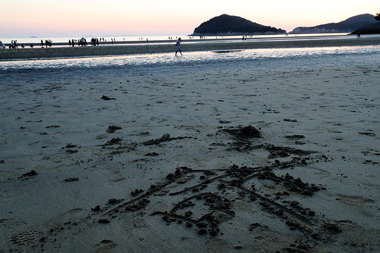 アート?で夕日を楽しむのも父母ケ浜海岸の楽しみ