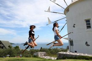 ギリシャ風車の前、「魔法のほうき」で思い切りジャンプ
