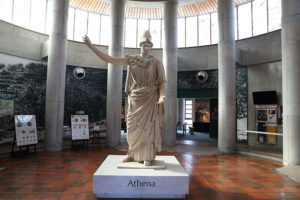 オリーブ記念館内の彫像、ショップやカフェもある