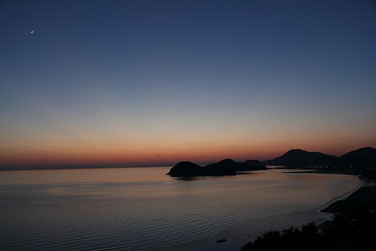 夕日が沈んだ美しい父母ケ浜海岸