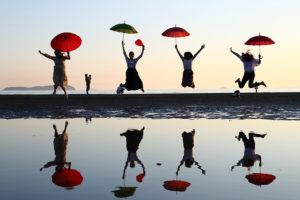 傘を小物にポーズをキメる、で思い切りジャンプ