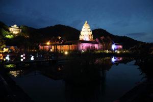 アンコール王朝最盛期の栄華を誇る本格的な寺院が再現、夜にはライトアップ