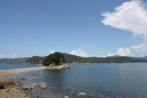 潮が引くと歩いて渡れる大島のエンジェルロード