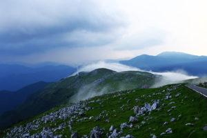 山の天気は気まぐれ、白い龍が姫鶴平と姫鶴荘を通り過ぎる
