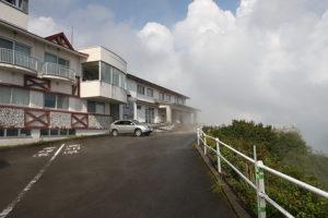 山の天気は気まぐれ、雷と大雨の後は霧と天気。てっぺんの天狗荘