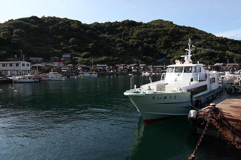 八幡浜港と大島港を結ぶ定期船