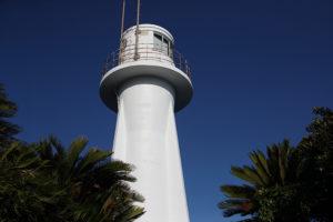 足摺岬灯台を見上げる