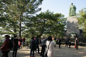 多くの人が写真を撮る坂本龍馬像